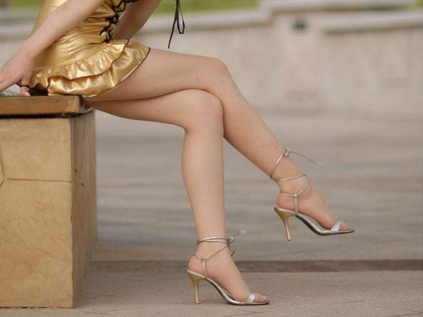 【美脚エロ画像】魅力的な美脚に色気を加える足組みという体勢についてwww 04