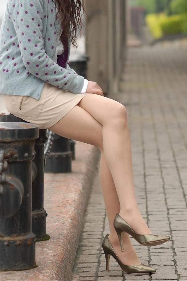 【美脚エロ画像】魅力的な美脚に色気を加える足組みという体勢についてwww 05