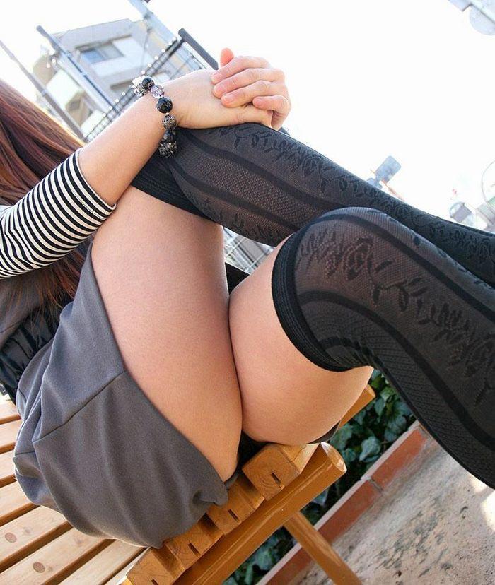 【美脚エロ画像】魅力的な美脚に色気を加える足組みという体勢についてwww 06