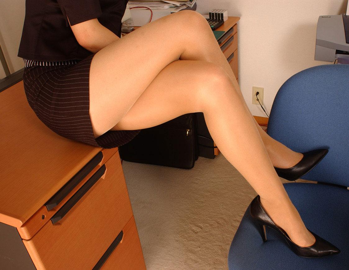 【美脚エロ画像】魅力的な美脚に色気を加える足組みという体勢についてwww 16