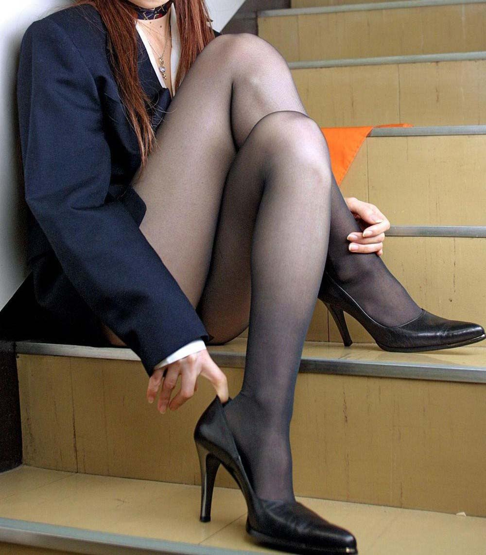 【美脚エロ画像】魅力的な美脚に色気を加える足組みという体勢についてwww 17