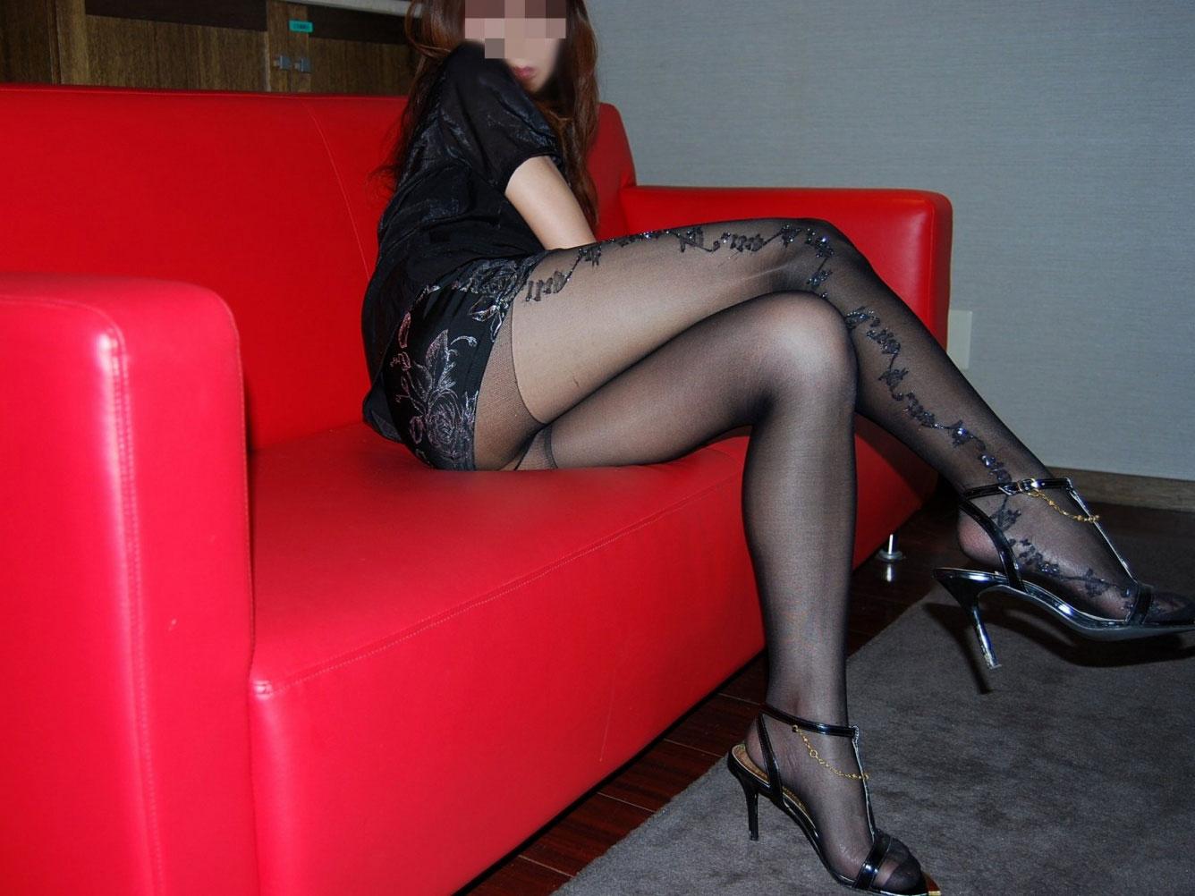 【美脚エロ画像】魅力的な美脚に色気を加える足組みという体勢についてwww 19