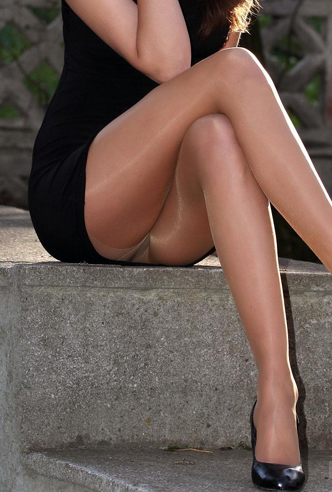 【美脚エロ画像】魅力的な美脚に色気を加える足組みという体勢についてwww 22