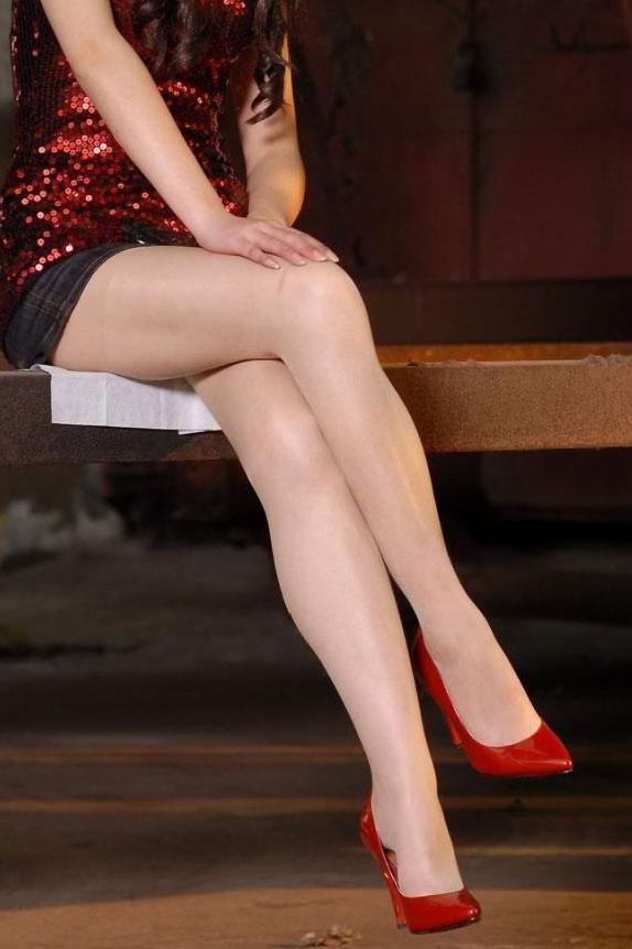 【美脚エロ画像】魅力的な美脚に色気を加える足組みという体勢についてwww 23