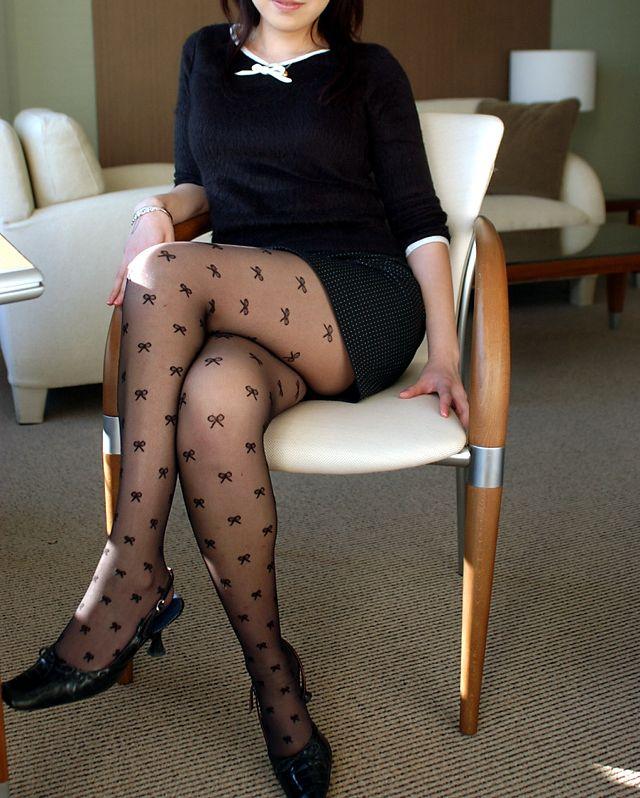 【美脚エロ画像】魅力的な美脚に色気を加える足組みという体勢についてwww 24