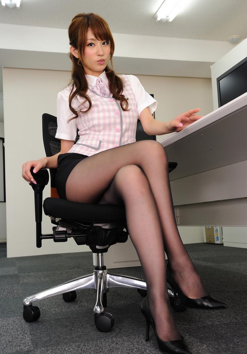 【美脚エロ画像】魅力的な美脚に色気を加える足組みという体勢についてwww 25