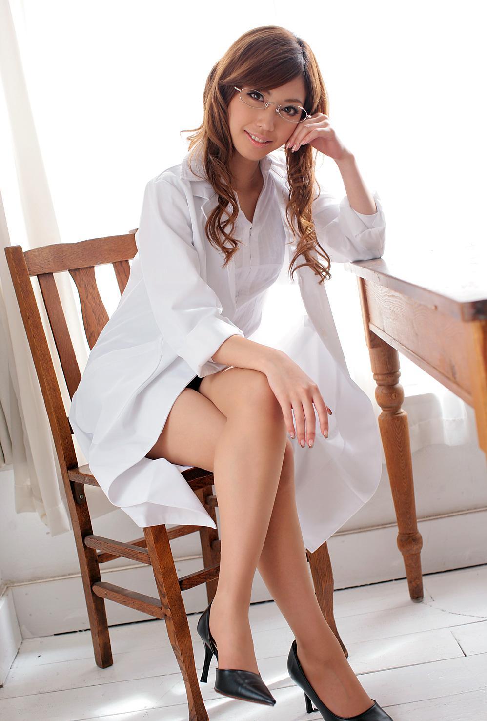 【美脚エロ画像】魅力的な美脚に色気を加える足組みという体勢についてwww 28