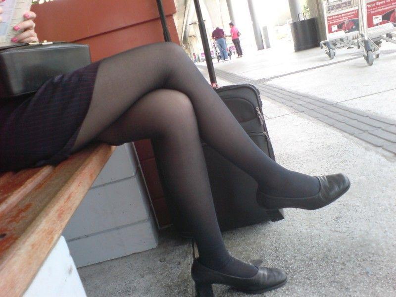 【美脚エロ画像】魅力的な美脚に色気を加える足組みという体勢についてwww 34