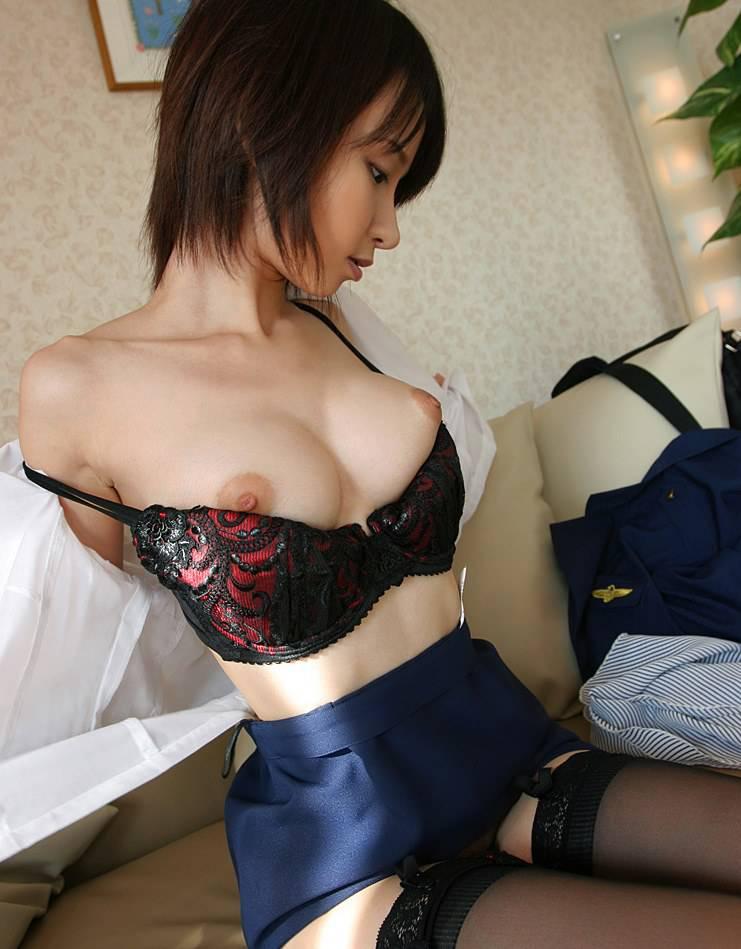 【着替えエロ画像】中途半端に服が残っている着替え途中の女性を見てドキドキwww 08