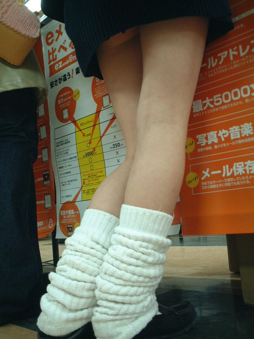 【JKエロ画像】ピチピチの太ももを季節関係なく晒してくれるJKというありがたい存在www 13