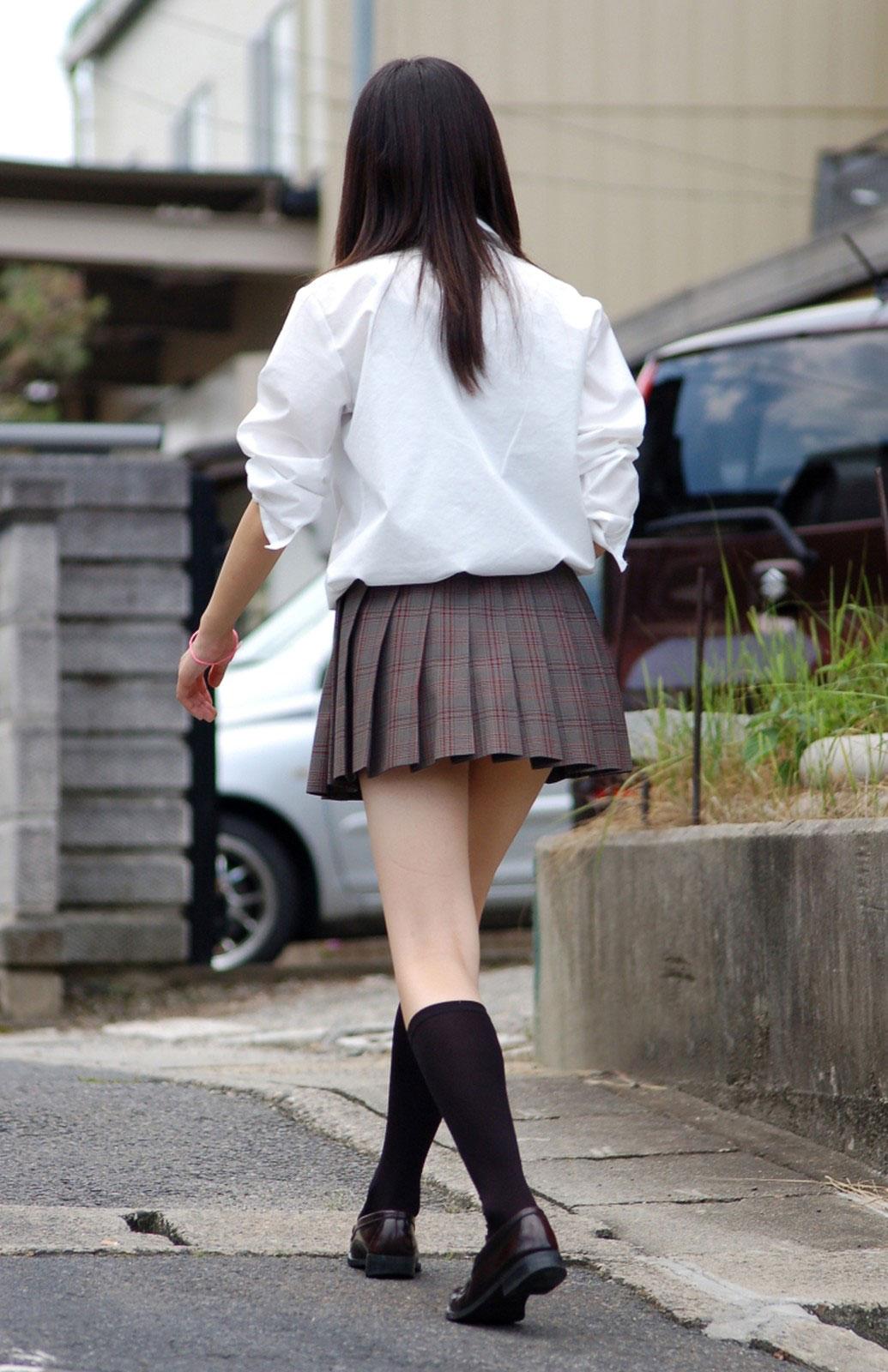 【JKエロ画像】ピチピチの太ももを季節関係なく晒してくれるJKというありがたい存在www 23