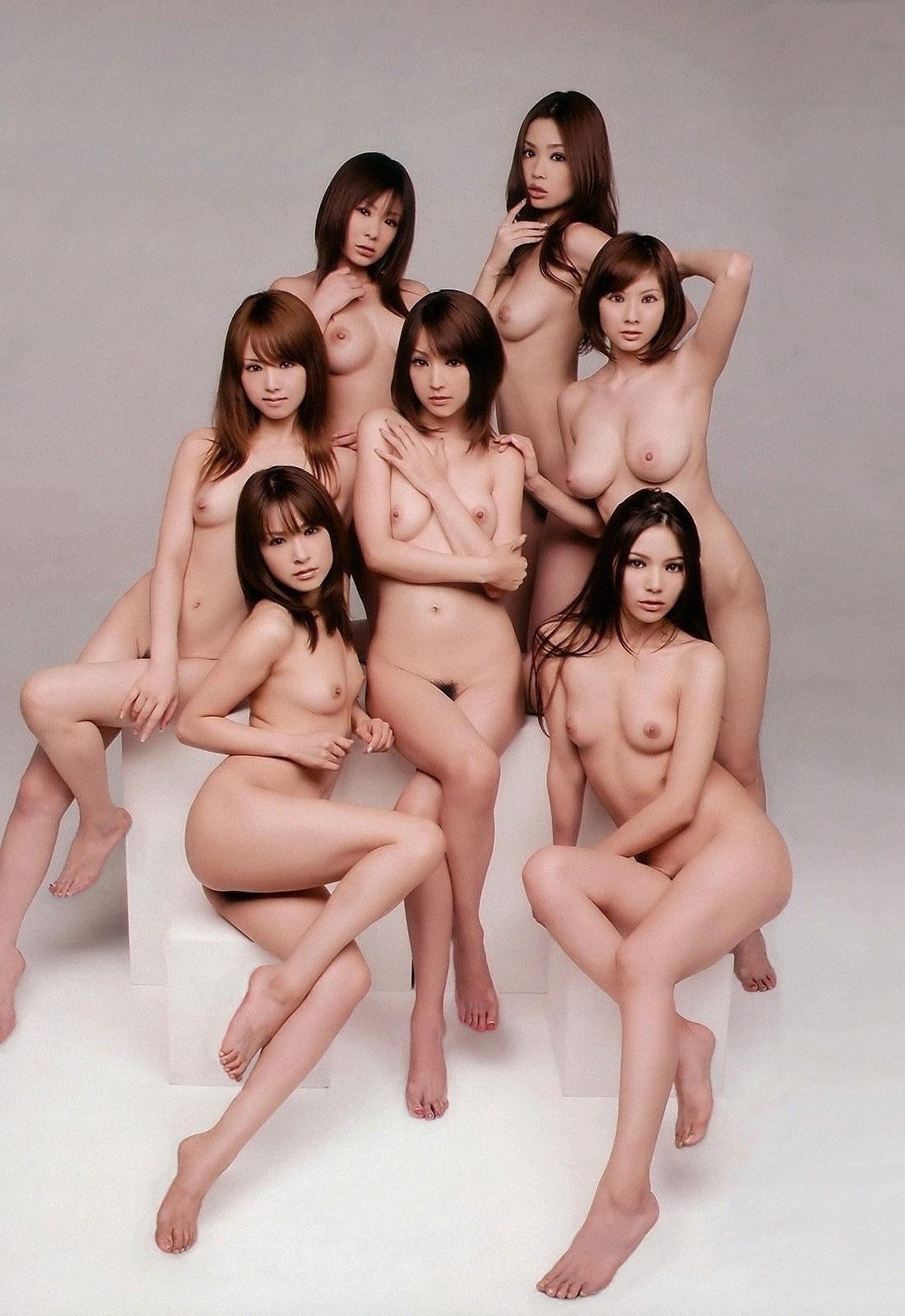【複数ヌードエロ画像】全裸のお姉ちゃんが並んで立ってるだけで幸せになれるwww 05