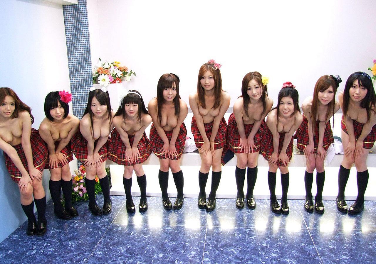 【複数ヌードエロ画像】全裸のお姉ちゃんが並んで立ってるだけで幸せになれるwww 14