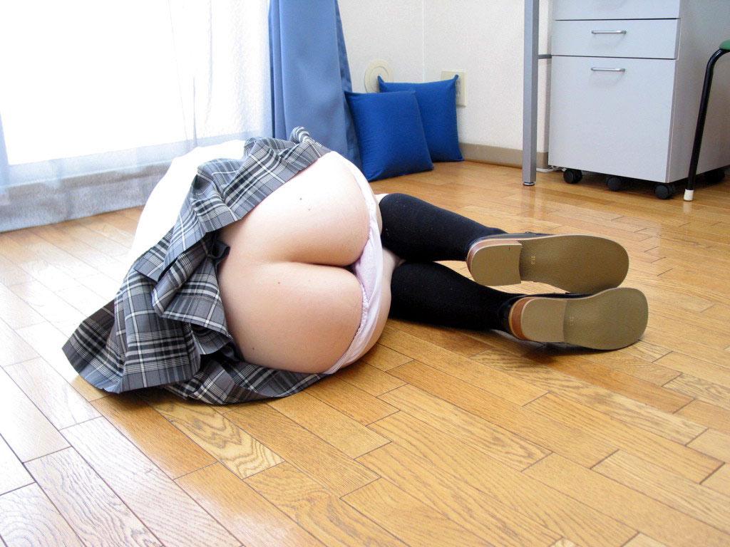 【半ケツエロ画像】ズボンやパンティーをズラして半分だけ美尻を見せてください! 12