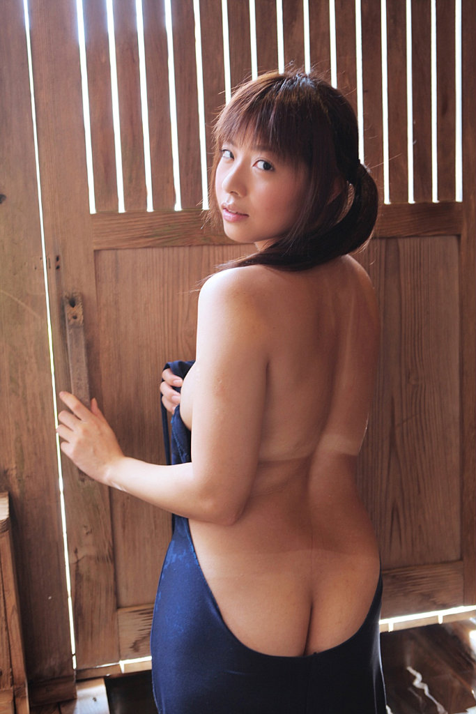 【半ケツエロ画像】ズボンやパンティーをズラして半分だけ美尻を見せてください! 25