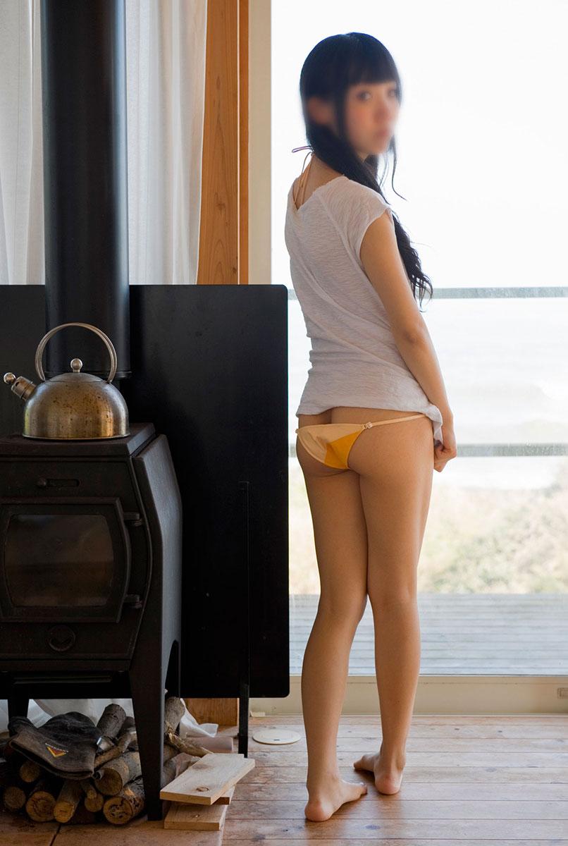 【半ケツエロ画像】ズボンやパンティーをズラして半分だけ美尻を見せてください! 27