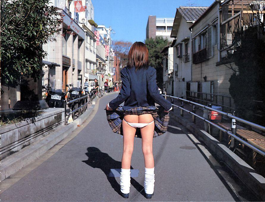 【半脱ぎエロ画像】脱衣途中で微妙に隠されているお尻と脱ぎかけパンティーのエロさwww 05