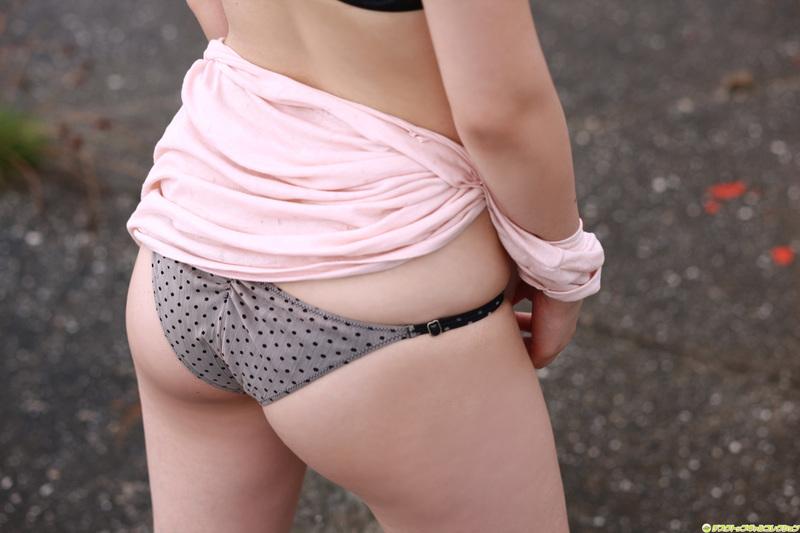 【半脱ぎエロ画像】脱衣途中で微妙に隠されているお尻と脱ぎかけパンティーのエロさwww 30