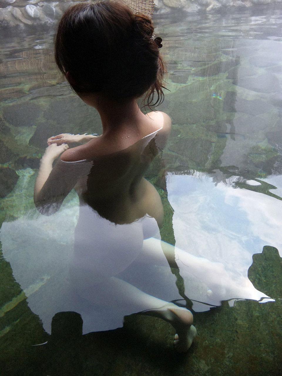 【濡れエロ画像】水滴が付着して濡れている美尻から感じる至高のエロスwww 08