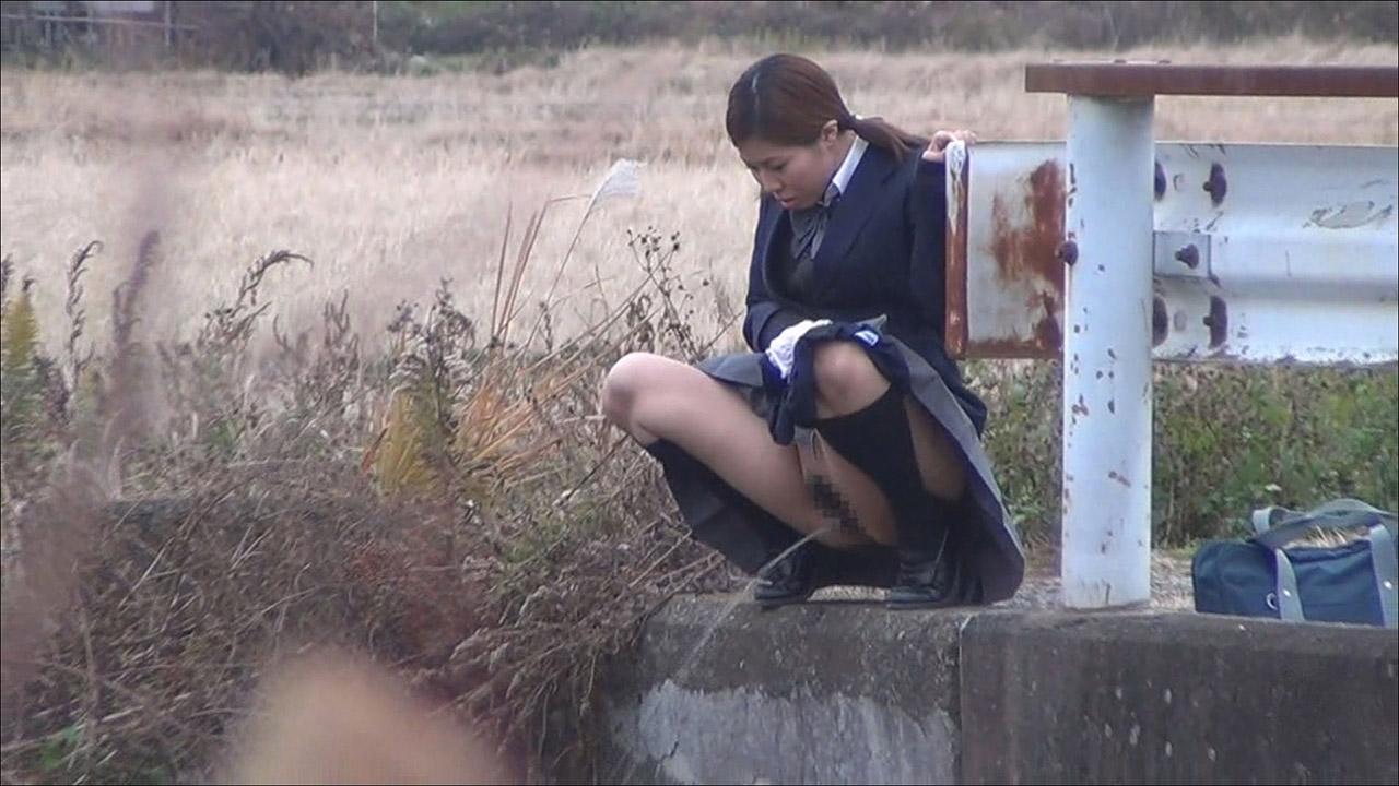 【放尿エロ画像】野外露出に飽き足らずおしっこするとかどんだけwww 07