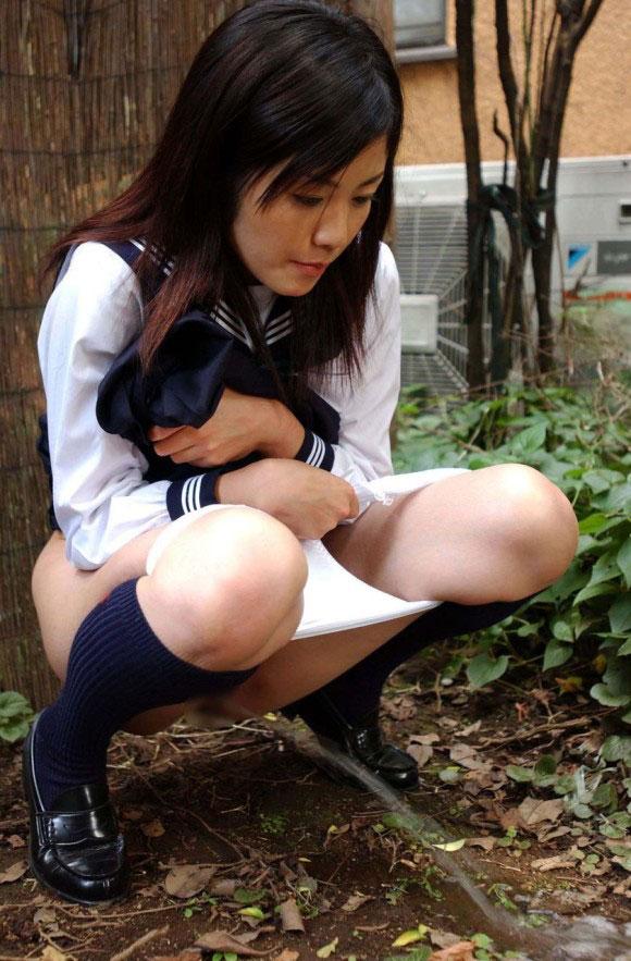 【放尿エロ画像】野外露出に飽き足らずおしっこするとかどんだけwww 12