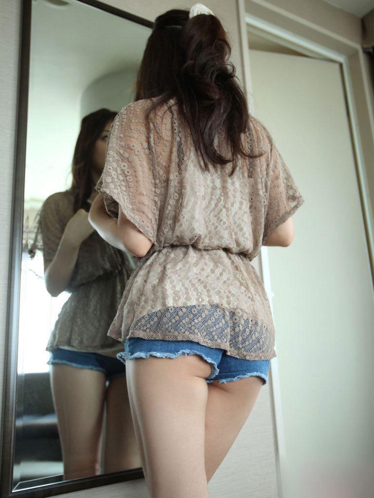【短パンエロ画像】キワまでキワキワなショート丈のパンツが似合う子と付き合いたい!
