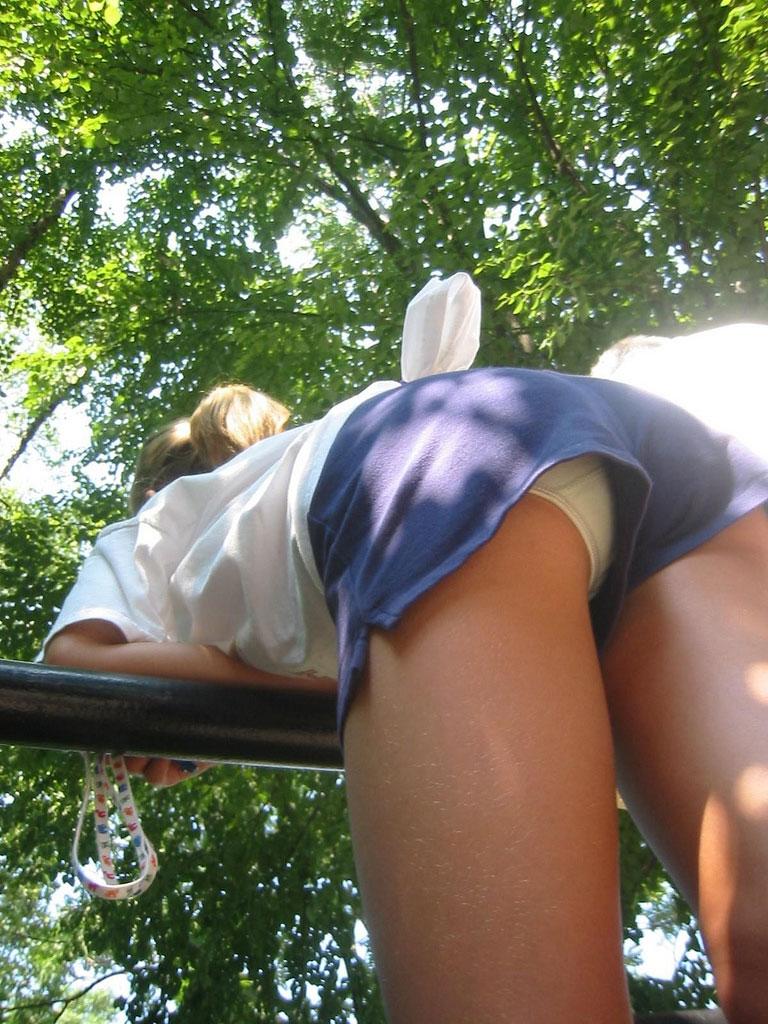 【短パンエロ画像】キワまでキワキワなショート丈のパンツが似合う子と付き合いたい! 16