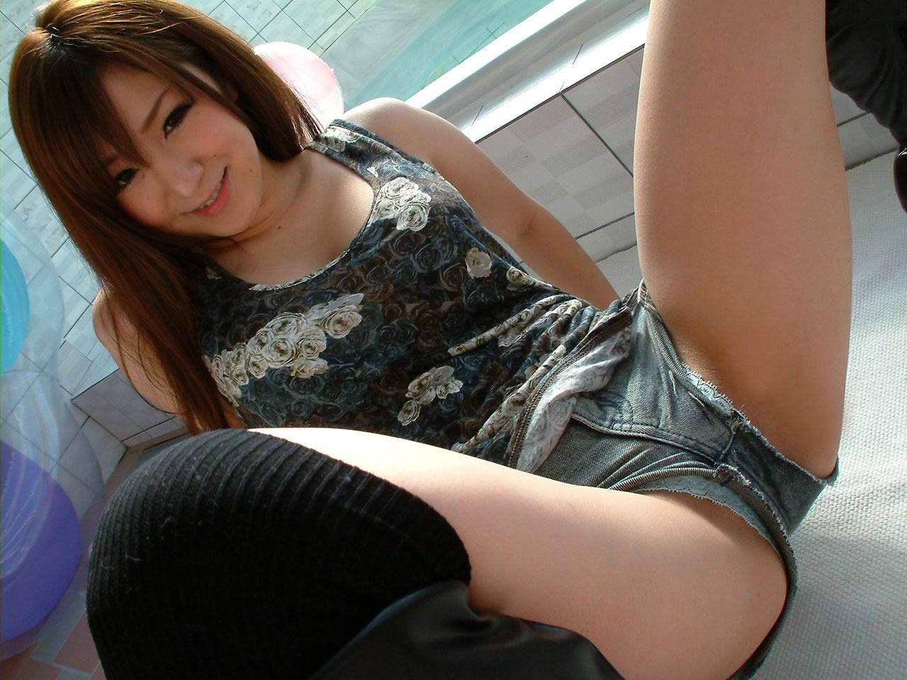 【短パンエロ画像】キワまでキワキワなショート丈のパンツが似合う子と付き合いたい! 26