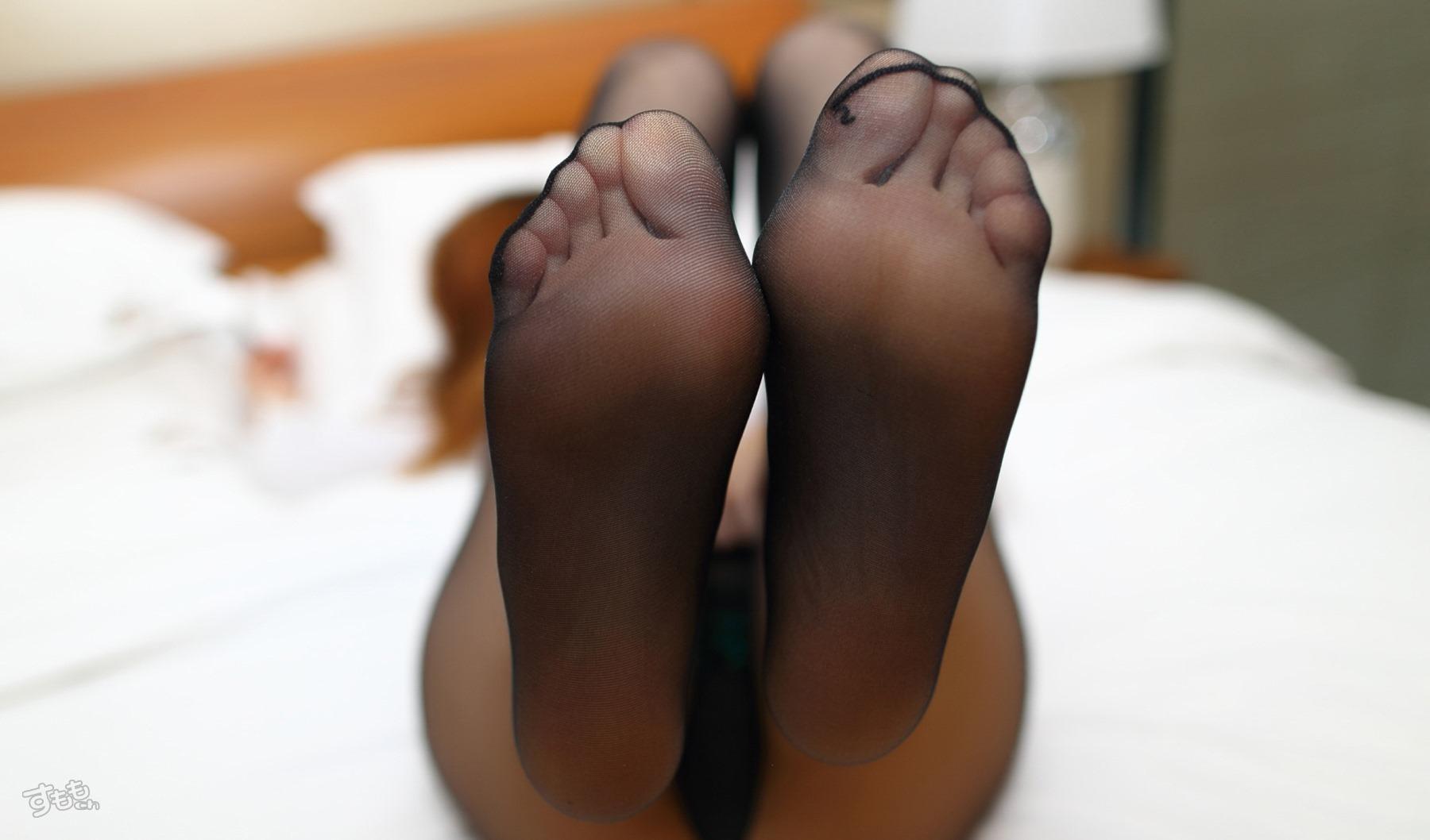 【黒ストッキングエロ画像】美脚をより細く見せる魔法のアイテムがあると聞いてwww 09