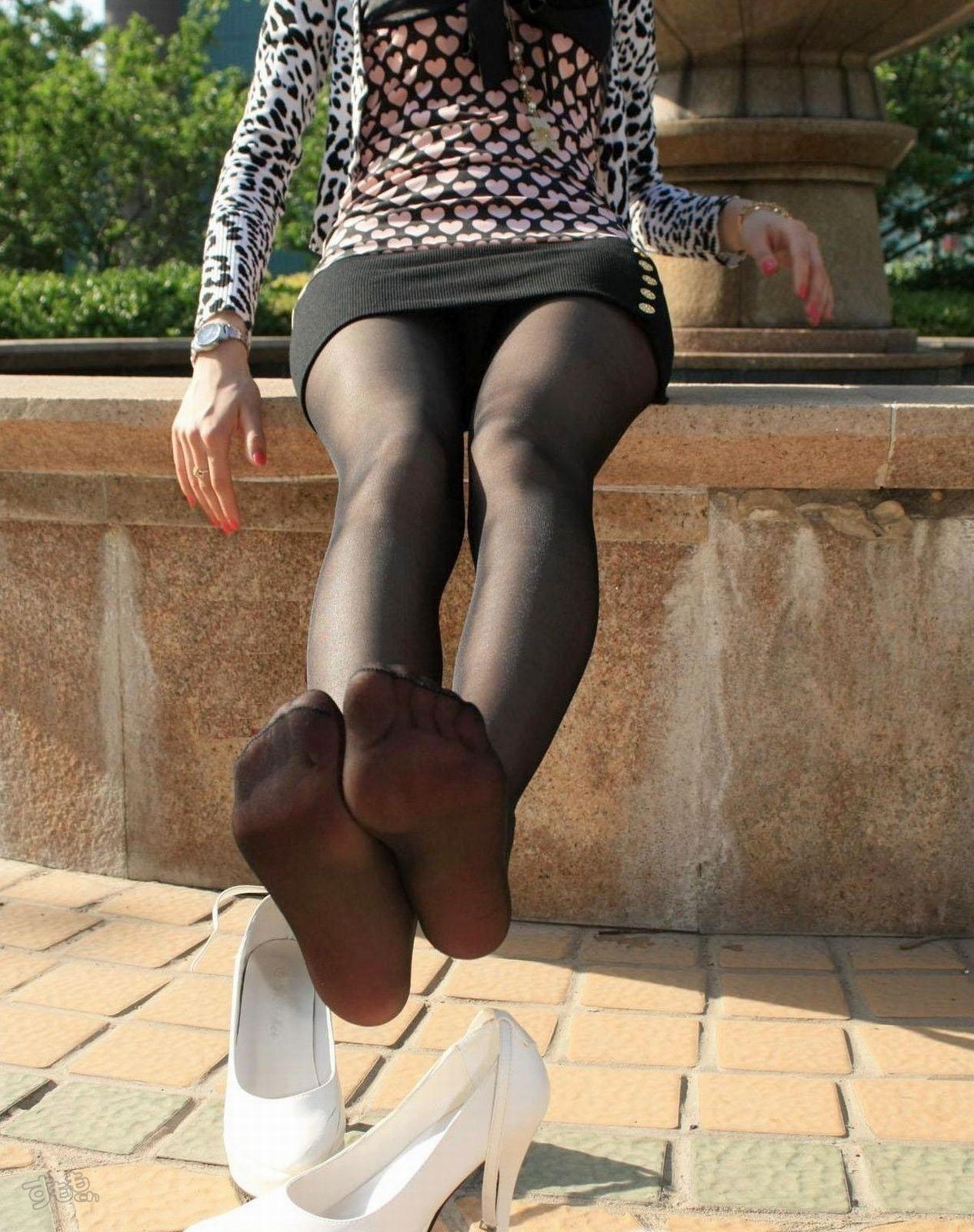 【黒ストッキングエロ画像】美脚をより細く見せる魔法のアイテムがあると聞いてwww 12