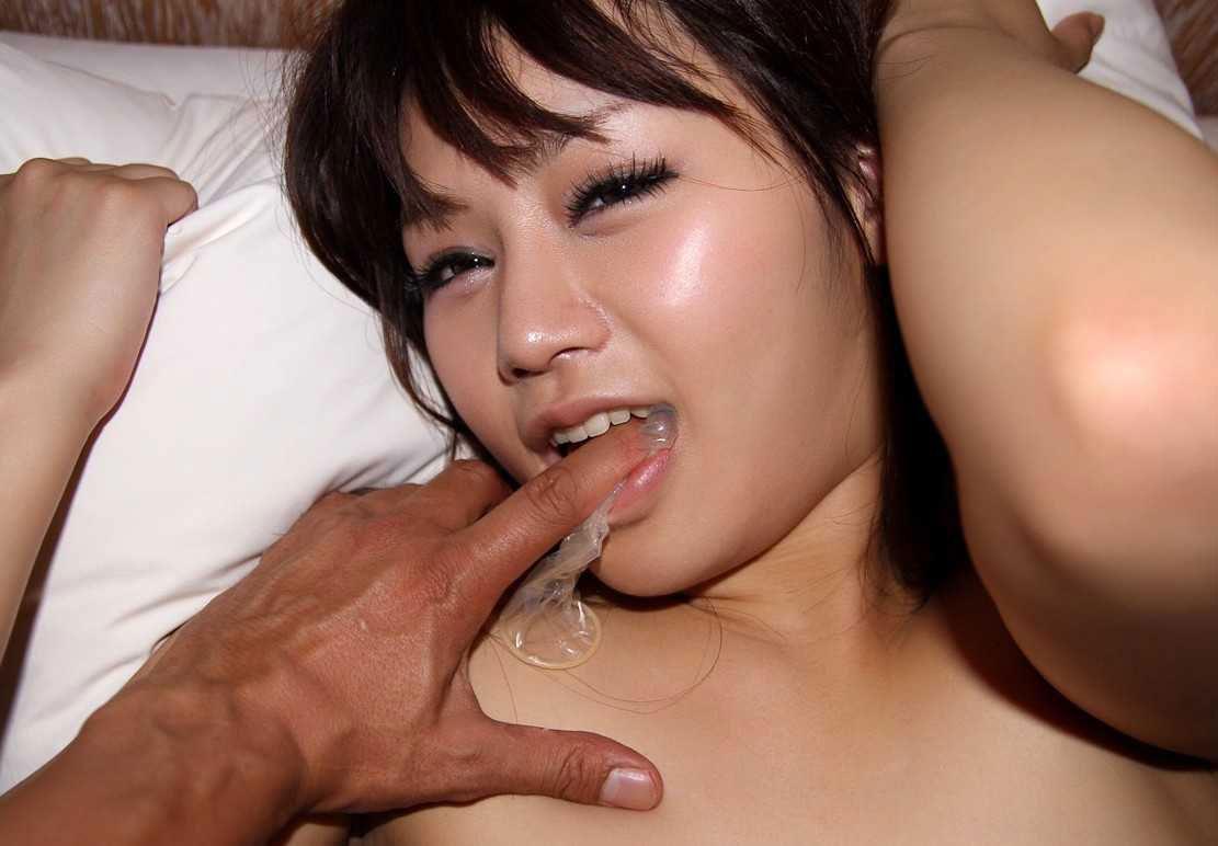 【コンドームエロ画像】使用後のコンドームを見ると女の子はテンションが上がるらしいwww 23