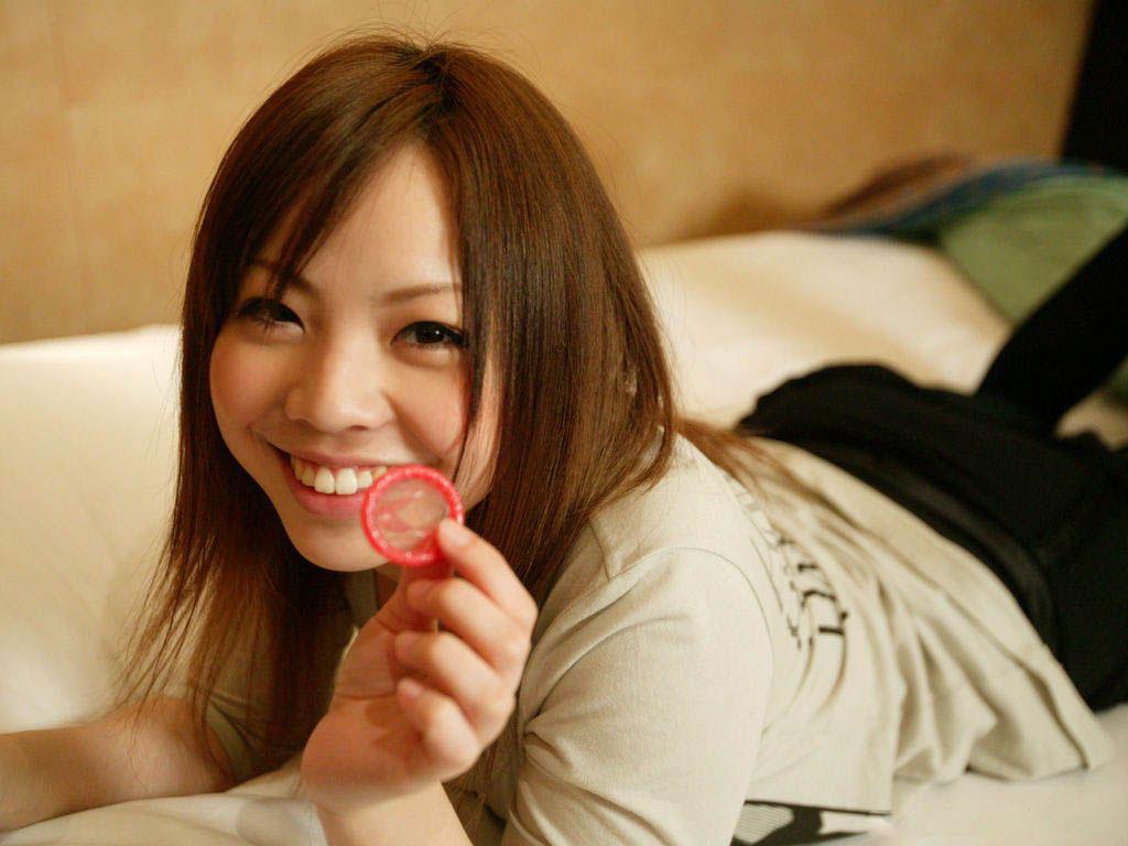 【コンドームエロ画像】使用後のコンドームを見ると女の子はテンションが上がるらしいwww 30
