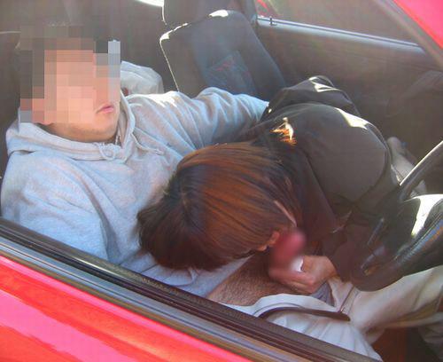 【カーセックスエロ画像】ワンボックスカーを買った理由は彼女とカーセックスするためでした! 04