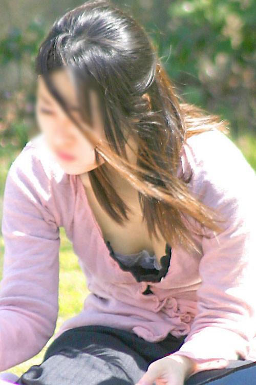 【胸チラエロ画像】現代日本では谷間や乳首が見えてしまっても問題ないらしいwww 05