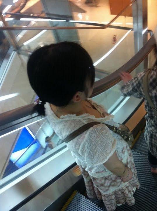 【胸チラエロ画像】現代日本では谷間や乳首が見えてしまっても問題ないらしいwww 09