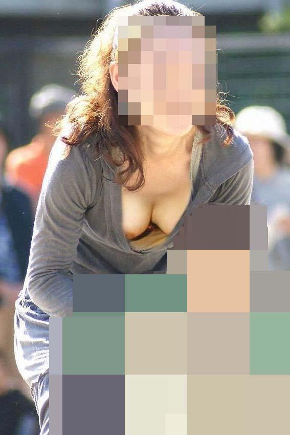【胸チラエロ画像】現代日本では谷間や乳首が見えてしまっても問題ないらしいwww 12