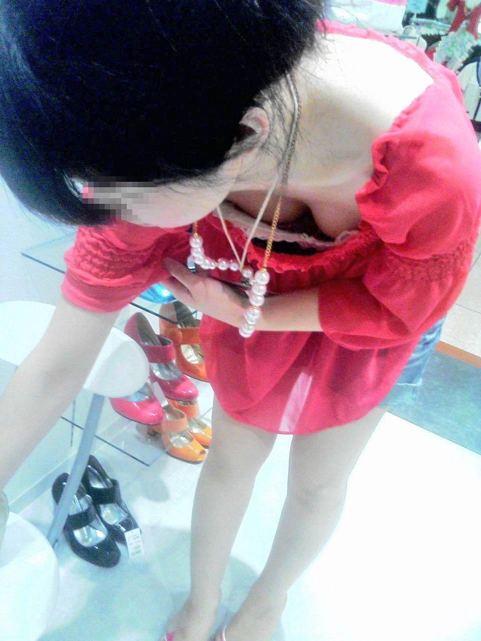 【胸チラエロ画像】現代日本では谷間や乳首が見えてしまっても問題ないらしいwww 15