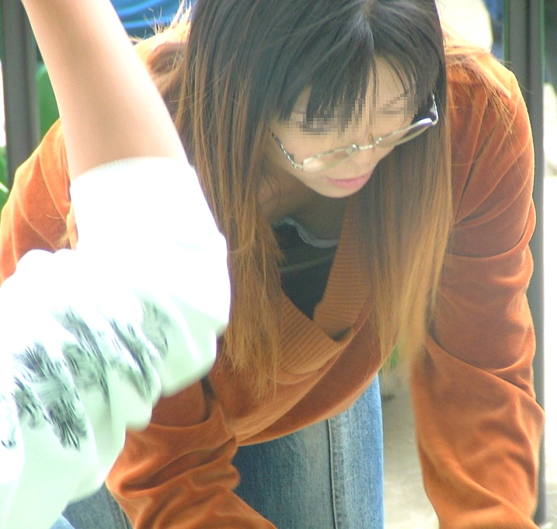 【胸チラエロ画像】現代日本では谷間や乳首が見えてしまっても問題ないらしいwww 20