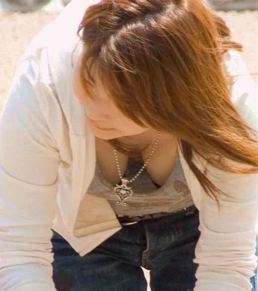 【胸チラエロ画像】現代日本では谷間や乳首が見えてしまっても問題ないらしいwww 22