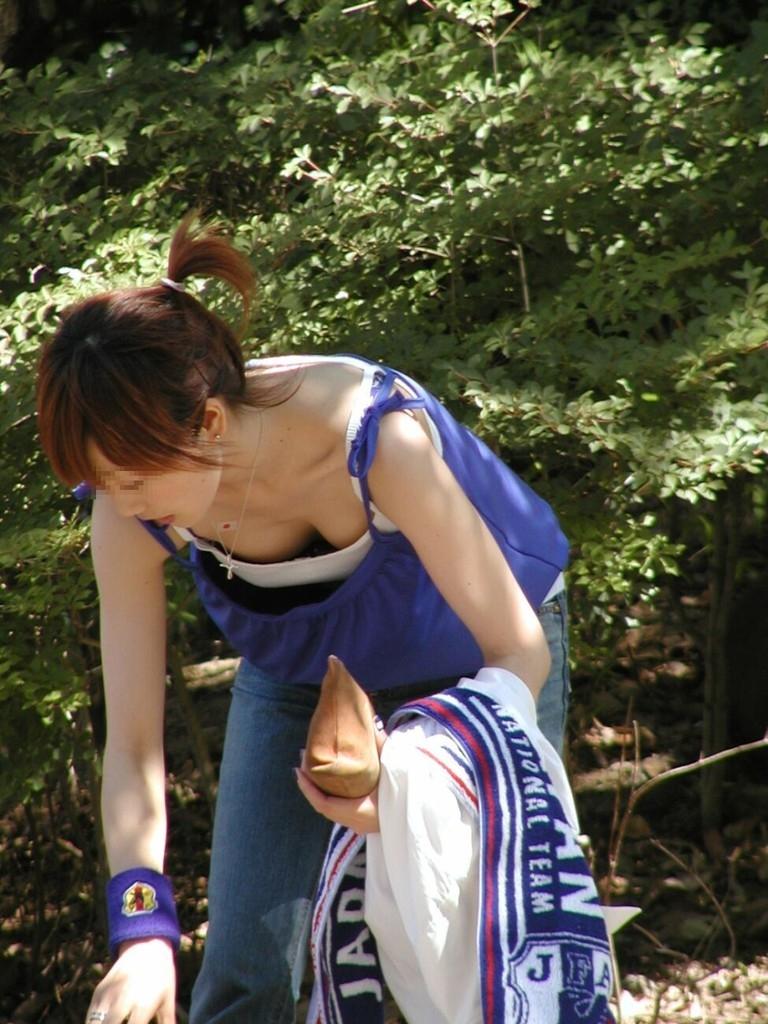【胸チラエロ画像】現代日本では谷間や乳首が見えてしまっても問題ないらしいwww 25