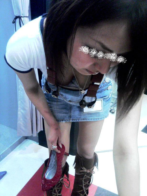 【胸チラエロ画像】現代日本では谷間や乳首が見えてしまっても問題ないらしいwww 26