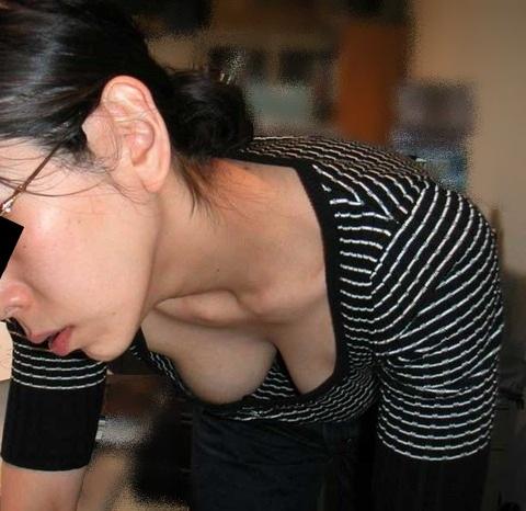 【胸チラエロ画像】現代日本では谷間や乳首が見えてしまっても問題ないらしいwww 29