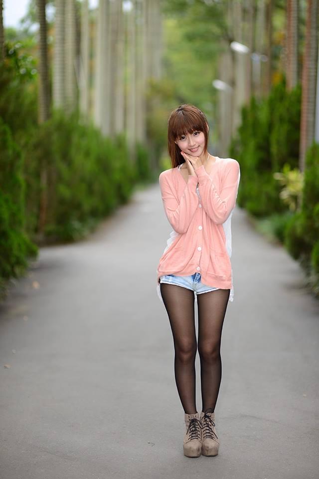 【美脚エロ画像】スレンダーな美脚のお姉さんを見ていると舐めて奉仕したくなるんだがwww 27