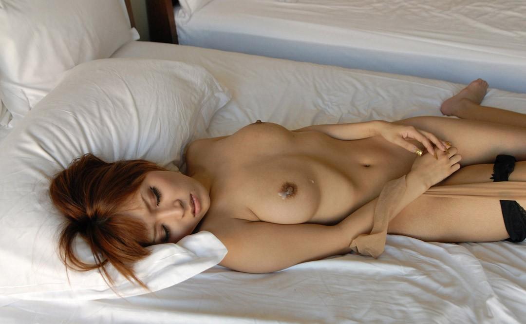 【事後エロ画像】セックスで汗ばんだ女性の身体をエロく彩る精液の白さと透明度www 13