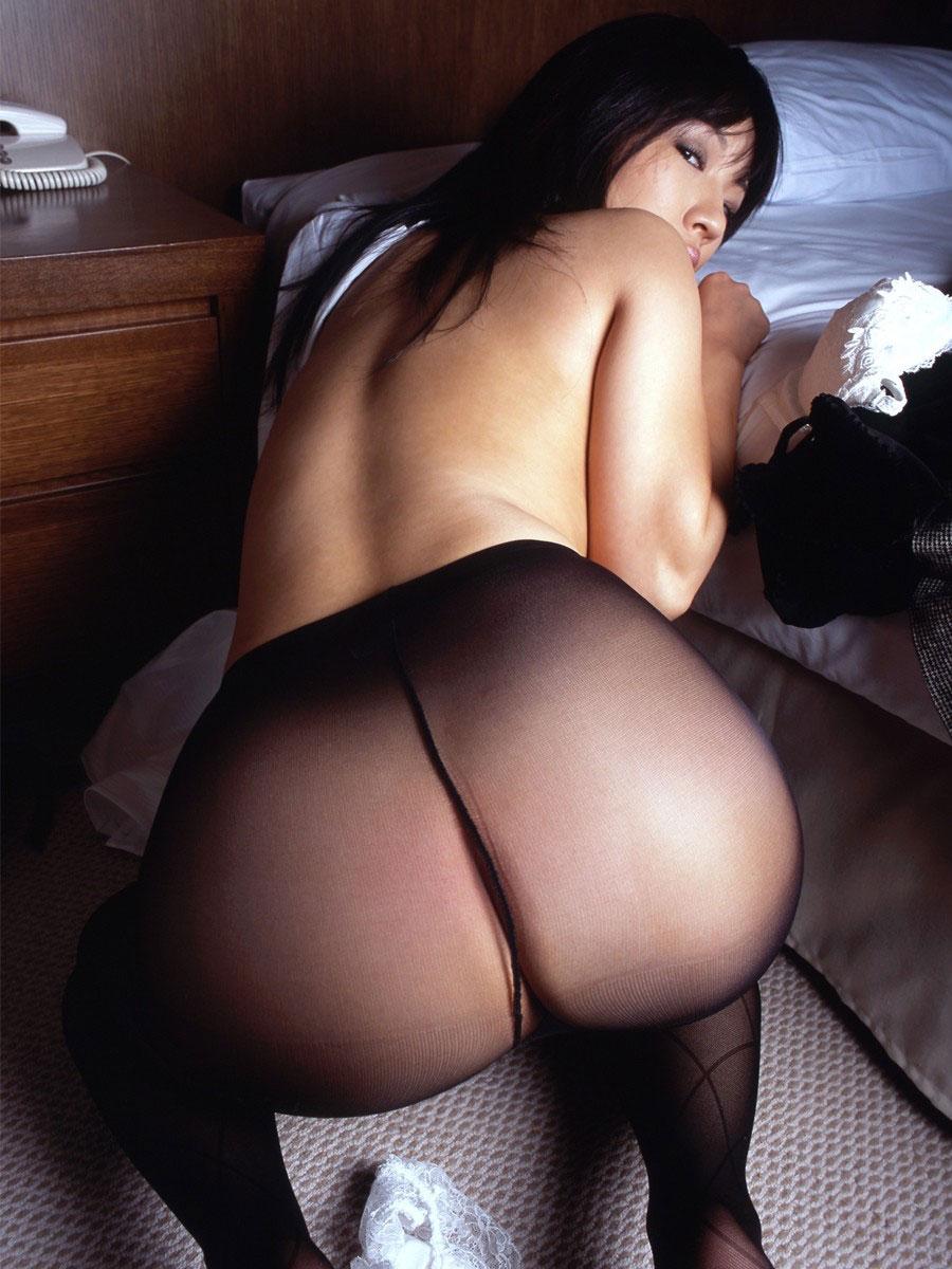 【パンストエロ画像】ストッキングにしっかりと包まれた美尻が破いて欲しいと言っている!w 32