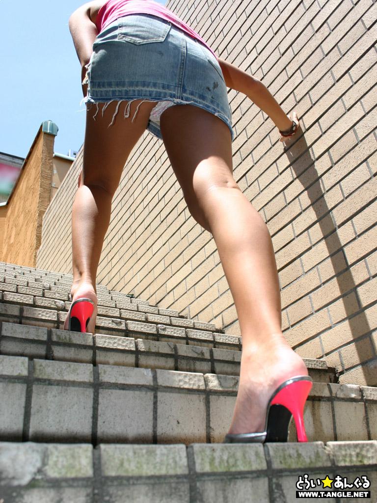 【ローアングルエロ画像】女性を下から見上げると色々な幸せを感じられる!w 05