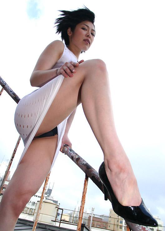 【ローアングルエロ画像】女性を下から見上げると色々な幸せを感じられる!w 26