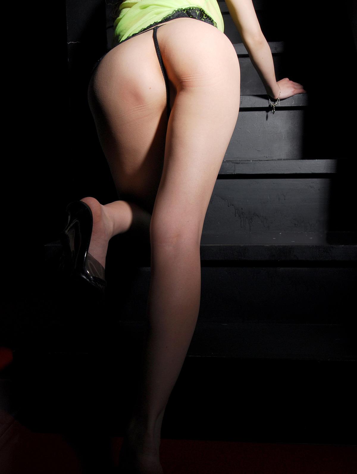 【美尻エロ画像】絶妙にアウトなとこだけ隠してくれるTバックさんの実力www 32
