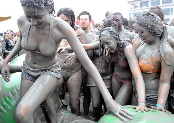 【泥エロ画像】泥祭的なアレで全身泥まみれになっているアレを見て勃起してもうたwww 04