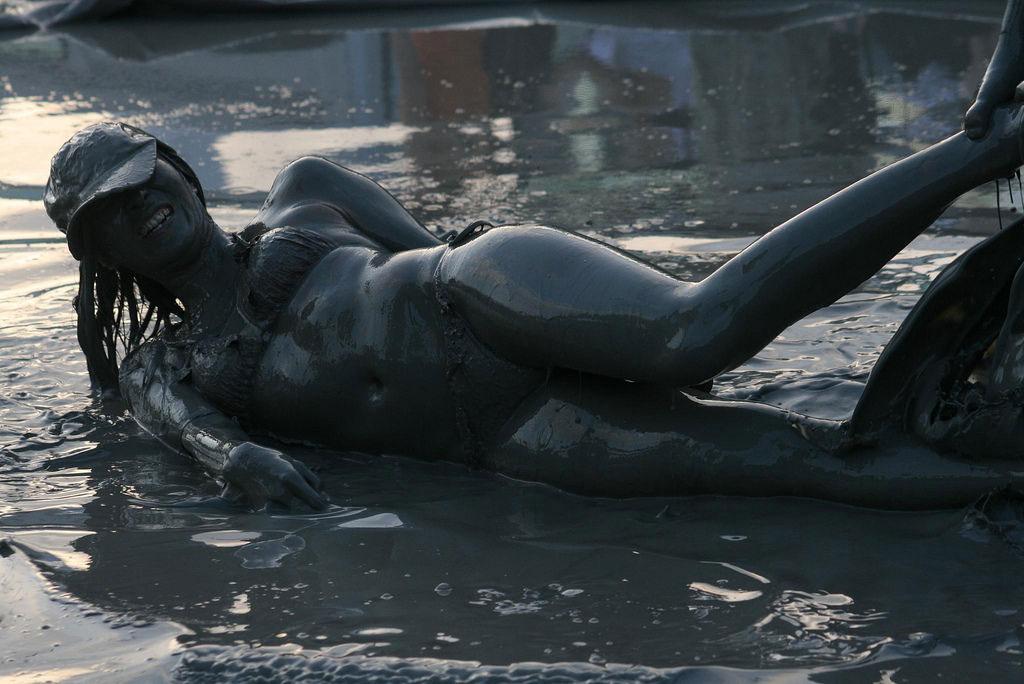 【泥エロ画像】泥祭的なアレで全身泥まみれになっているアレを見て勃起してもうたwww 09